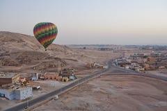 Hete luchtballon over Luxor royalty-vrije stock afbeeldingen
