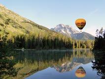 Hete luchtballon over meer royalty-vrije stock foto's