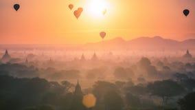 Hete luchtballon over vlakte en pagode van Bagan in nevelige ochtend royalty-vrije stock fotografie