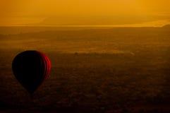 Hete luchtballon over vlakte van Bagan in ochtend, Myanmar Stock Foto