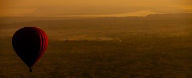 Hete luchtballon over vlakte van Bagan in ochtend, Myanmar Stock Foto's