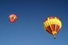 Hete luchtballons in de hemel stock afbeeldingen