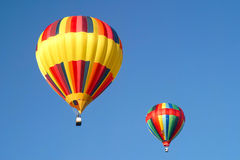 Hete luchtballons in de hemel stock foto's