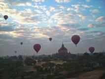 Hete luchtballons in de hemel royalty-vrije stock afbeelding