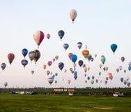 Hete luchtballons in de hemel tijdens Fiesta van de Saga de Internationale Ballon in Japan stock afbeelding