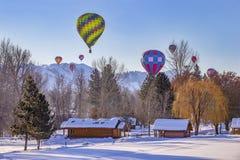 Hete luchtballons in de sneeuw royalty-vrije stock afbeeldingen