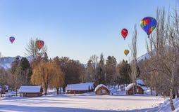 Hete luchtballons in de sneeuw stock foto