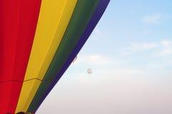 Hete luchtballons die in de ochtendhemel drijven Royalty-vrije Stock Afbeeldingen