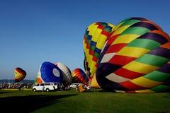 Hete luchtballons die Klaar op te stijgen worden stock foto