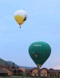 Hete luchtballons die op binnenplaatsen landen Stock Afbeelding