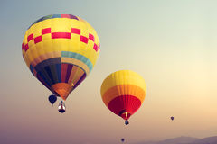 Hete luchtballons die op hemel vliegen royalty-vrije stock afbeeldingen