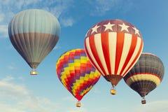 Hete luchtballons die over blauwe hemel vliegen Royalty-vrije Stock Foto's