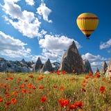 Hete luchtballons die over Cappadocia, Turkije vliegen royalty-vrije stock foto