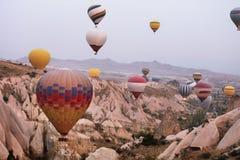 Hete luchtballons in hemel Kleurrijke Vliegende Ballons in Aard royalty-vrije stock foto's
