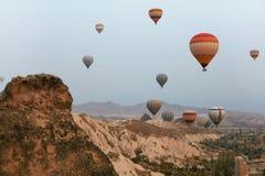 Hete luchtballons in hemel Kleurrijke Vliegende Ballons in Aard stock afbeelding