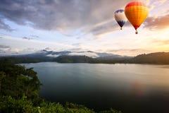 Hete luchtballons het drijven royalty-vrije stock foto's