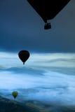 Hete luchtballons over bergen Stock Fotografie
