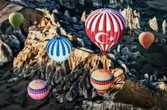 Hete luchtballons over berglandschap in Cappadocia royalty-vrije stock foto