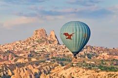 Hete luchtballons over berglandschap in Cappadocia Stock Foto's