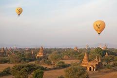 Hete luchtballons over de ruïnes van Bagan, Myanmar Stock Afbeeldingen