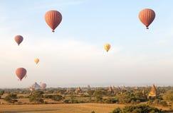 Hete luchtballons over de ruïnes van Bagan, Myanmar Stock Foto's