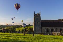 Hete Luchtballons over kerk Royalty-vrije Stock Foto's