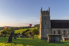 Hete Luchtballons over kerk royalty-vrije stock foto