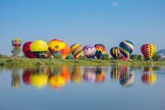 Hete Luchtballons in Parklancering wijd stock fotografie
