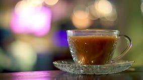 Hete melkthee in koffie stock video