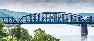 Hete Metaalbrug over de Monongahela-Rivier in Pittsburgh Stock Foto's
