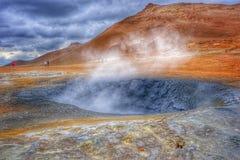Hete Modderpotten en blauw meer in het Geothermische Gebied Hverir, IJsland Stock Foto's