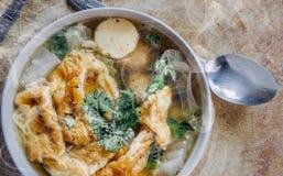 Hete Omeletsoep met Fijngehakt Varkensvlees, Thais stijlvoedsel, selectieve nadruk en met een zeer ondiepe velddiepte, exemplaar  stock afbeelding