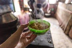 Hete onmiddellijke noedel in groene kleurenkop in kruidenierswinkelopslag bij de vallei van Thangu en Chopta-in de winter in Lach Stock Afbeelding