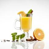 Hete oranje thee stock afbeelding