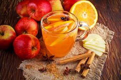 Hete Overwogen appelcider met kaneel, kruidnagels, anijsplant en Sinaasappel Stock Fotografie