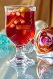 Hete overwogen wijn in een glaskop Royalty-vrije Stock Afbeeldingen