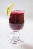 Hete overwogen wijn met kruiden, appel en sinaasappel op witte achtergrond stock fotografie