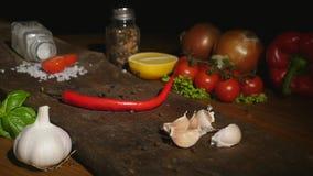 Hete peper op een raad stock video