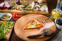 Hete pizzaplak met smeltende kaas op een rustieke houten lijst Ho Stock Foto