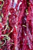Hete rode Spaanse peperpeper op markt Boven een stapel van droge rode Spaanse peperpeper Stock Afbeelding