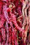 Hete rode Spaanse peperpeper op markt Boven een stapel van droge rode Spaanse peperpeper Royalty-vrije Stock Foto's