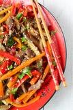 Hete salade met aubergine, rundvlees en peper Aziatische keuken Stock Foto
