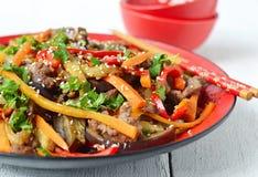 Hete salade met aubergine, rundvlees en peper Aziatische keuken Stock Fotografie
