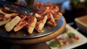 Hete sandwiches met worst en kaas stock footage