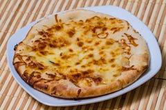 Hete Smakelijke broodcake met gele kaas Stock Foto