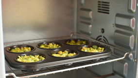 Hete smakelijke muffins met broccoli voor diner Het koken concept stock video