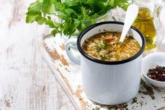 Hete soep met noedels in een mok stock foto