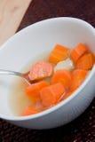 Hete soep in witte kom Stock Afbeeldingen