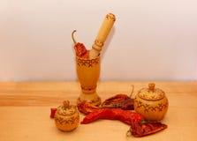 Hete Spaanse peperspeper met houten verbrijzeling royalty-vrije stock foto's