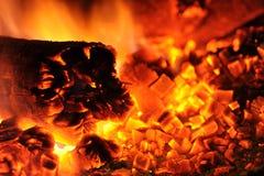 Hete steenkolen en brand stock foto